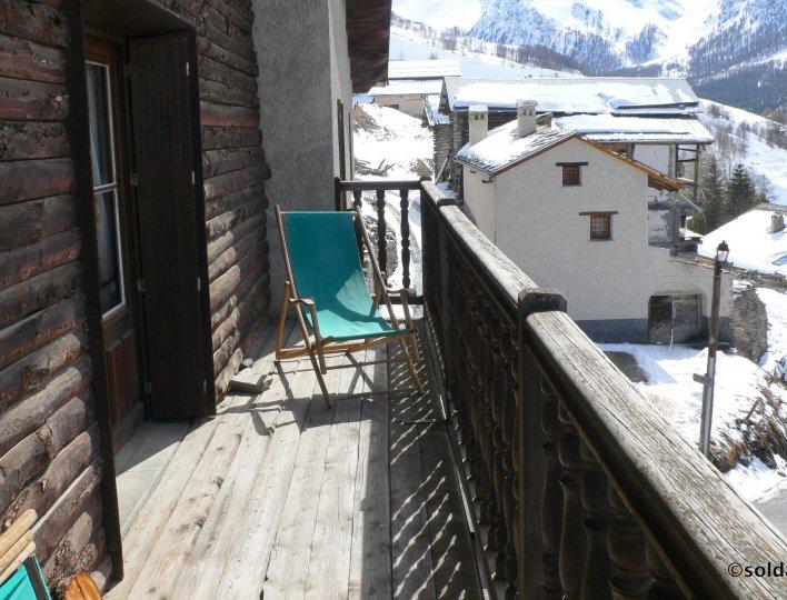 Balcon avec chaises longues
