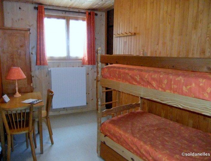 Chambre avec 2 lits superposés et 1 lit gigogne