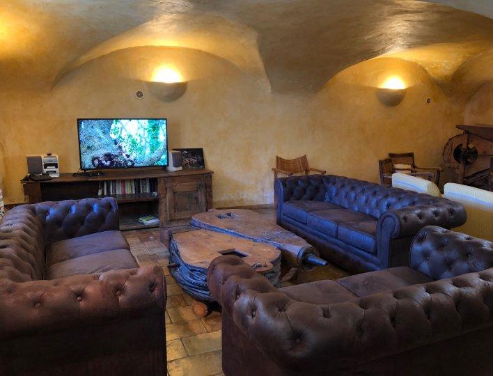 Salon avec nouveaux canapés, nouvelle TV et nouveaux éclairages.