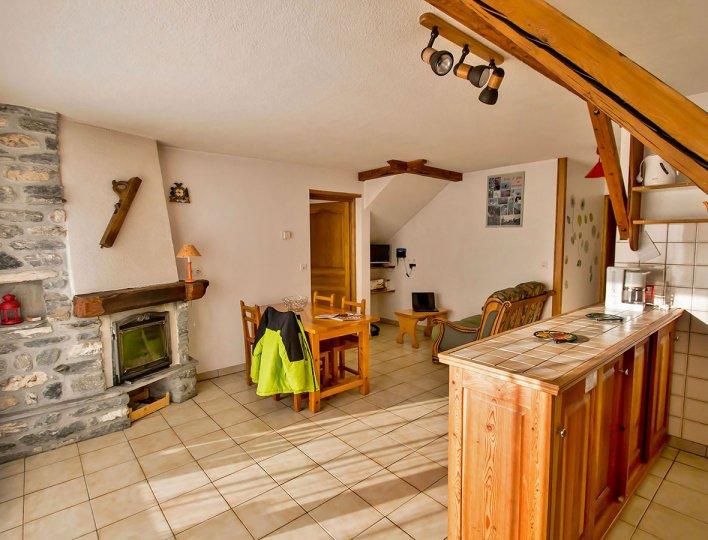 La salle à manger et coin cuisine de la Pointe du Jour, appartement 8837 pour 4 personnes