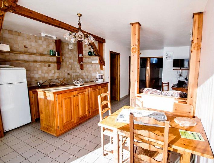 La salle à manger et coin cuisine de la Pointe du Jour, appartement 8838 pour 4 personnes