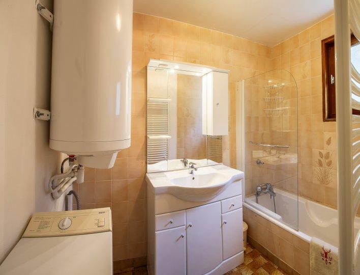 Salle de bain avec baignoire, WC séparé