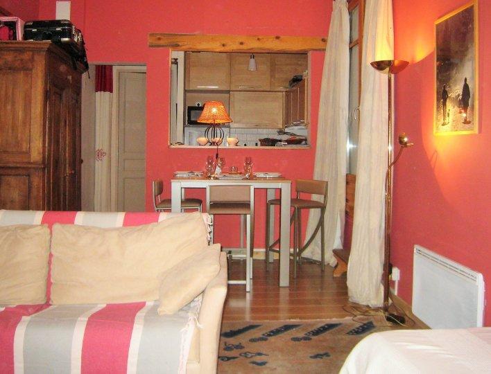 Vue de la salle de séjour vers la salle à manger et la cuisine